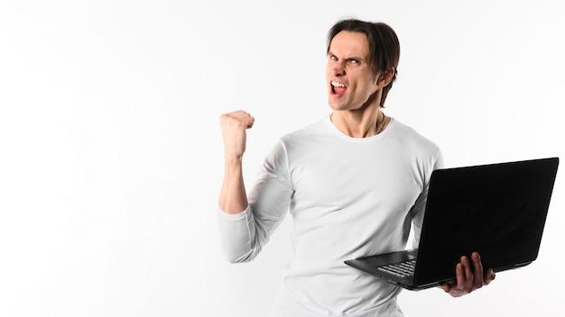 Homem feliz com laptop