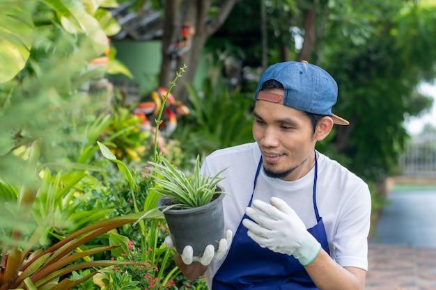 Homem feliz com lúpulo no jardim em casa
