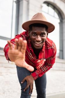 Homem feliz com mão turva