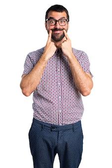 Homem feliz com óculos