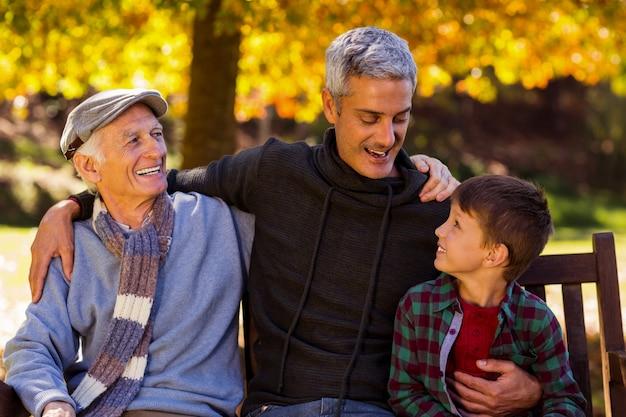 Homem feliz com pai e filho no parque