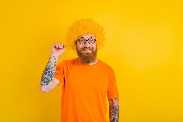 Homem feliz com peruca de barba amarela e óculos
