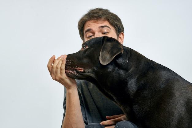 Homem feliz com seu cachorro posando em casa