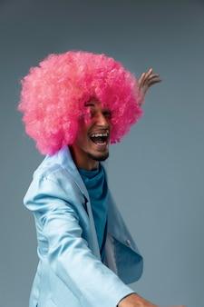Homem feliz com tiro médio e peruca rosa