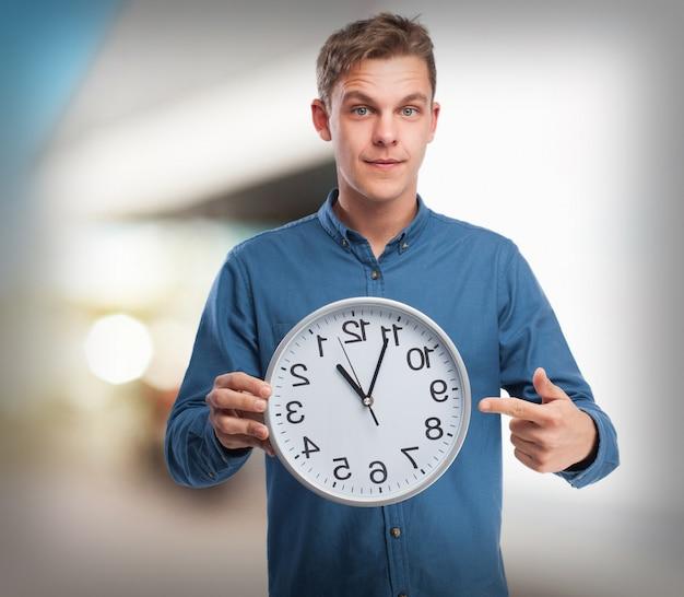 Homem feliz com um relógio