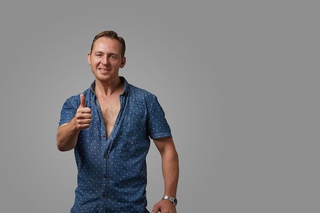 Homem feliz com uma camisa e gesto de polegar para cima