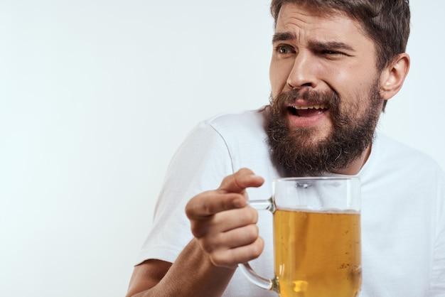Homem feliz com uma caneca de cerveja alcoólica nas mãos