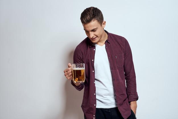 Homem feliz com uma cerveja nas mãos