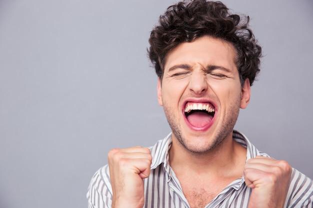 Homem feliz comemorando seu sucesso