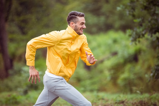 Homem feliz correndo em uma caminhada