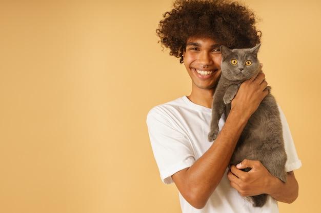 Homem feliz cuida de seu gato cinza