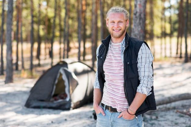 Homem feliz curtindo a floresta