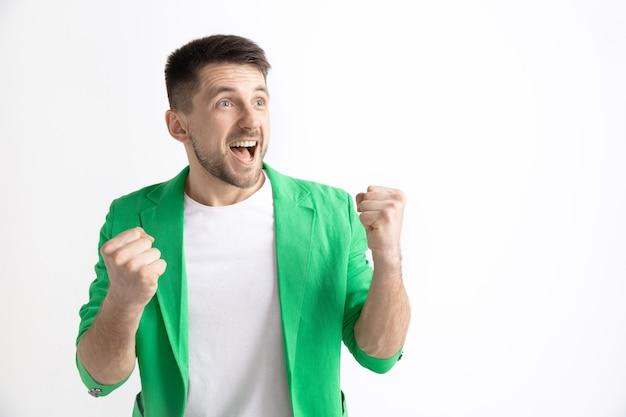 Homem feliz de sucesso vencedor comemorando ser um vencedor.