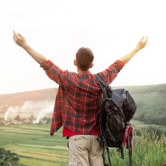 Homem feliz de viagem