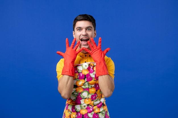 Homem feliz de vista frontal colocando as mãos na frente do rosto
