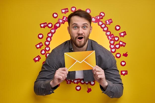 Homem feliz, desfrutando de feedback positivo, segurando um envelope.