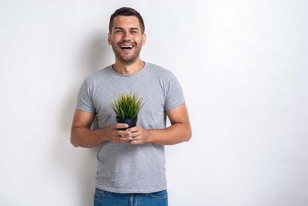 Homem feliz detém erva fresca em suas mãosconcept world environment day