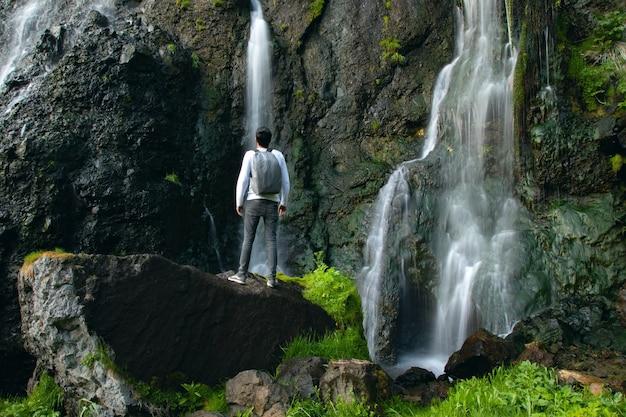Homem feliz e cachoeira shaki na armênia