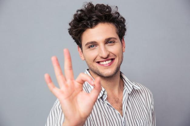 Homem feliz e casual mostrando sinal de ok