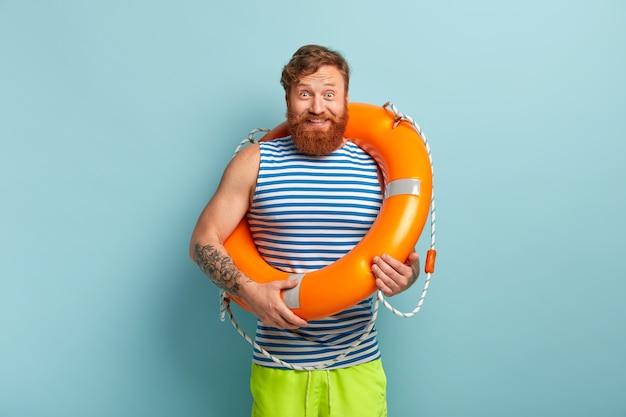 Homem feliz e despreocupado com colete salva-vidas, tem uma reação alegre
