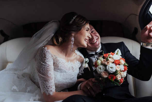 Homem feliz e mulher sorrindo regozijando-se no dia do casamento