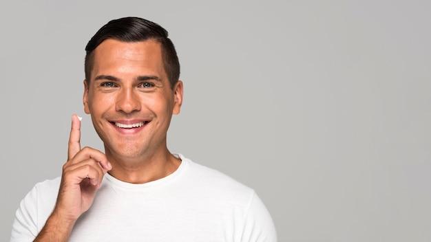 Homem feliz em close-up com cópia-espaço
