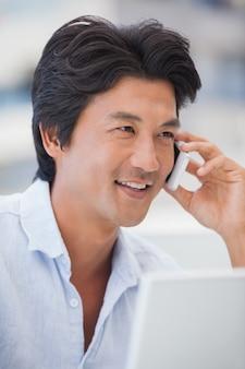 Homem feliz em um telefonema