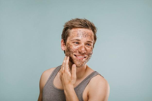 Homem feliz esfregando o rosto