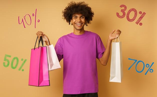 Homem feliz está feliz em comprar nas lojas