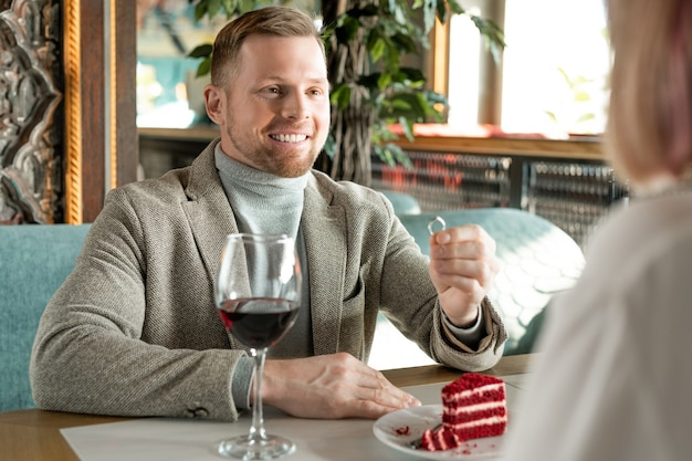 Homem feliz fazendo proposta para mulher
