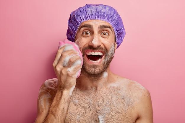 Homem feliz fazendo sua rotina de beleza