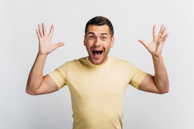 Homem feliz, gritando e gritando