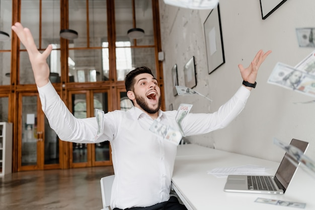 Homem feliz jogando dinheiro no ar