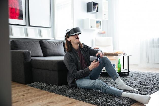 Homem feliz jogar jogos com óculos de realidade virtual 3d