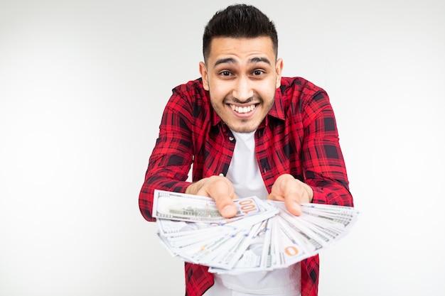 Homem feliz mostra sua economia de dinheiro em um fundo branco com espaço de cópia