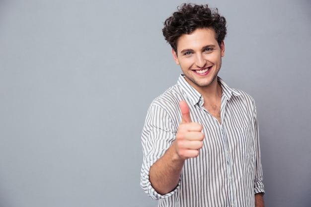 Homem feliz mostrando o polegar