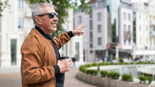 Homem feliz na cidade, tiro médio
