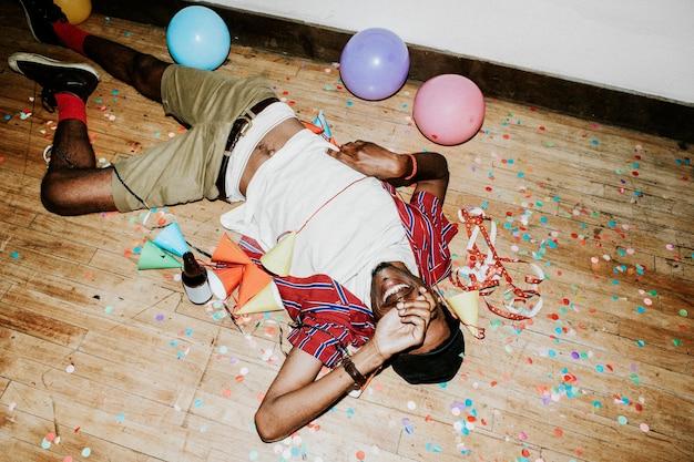 Homem feliz no chão em uma festa