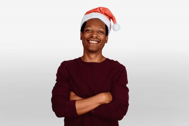 Homem feliz no chapéu de natal.