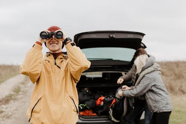 Homem feliz olhando através de binóculos