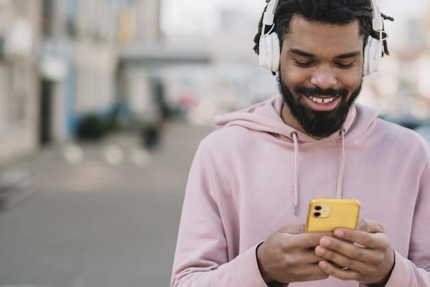 Homem feliz olhando para celular
