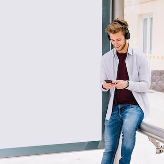 Homem feliz ouvindo música com fone de ouvido