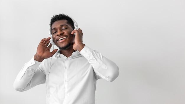 Homem feliz ouvindo musica