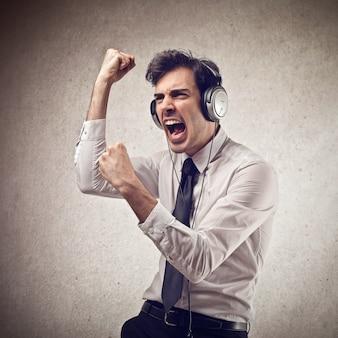 Homem feliz ouvindo uma transmissão