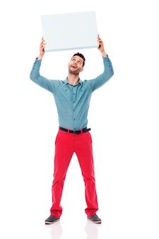 Homem feliz segurando um cartaz em branco no alto