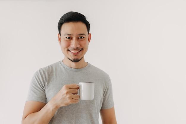 Homem feliz segurando uma xícara de café isolada no fundo branco