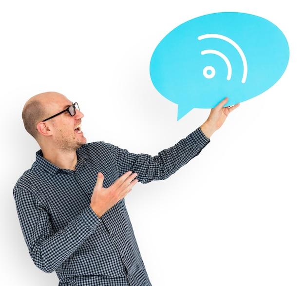 Homem feliz, segurando, wifi, símbolo