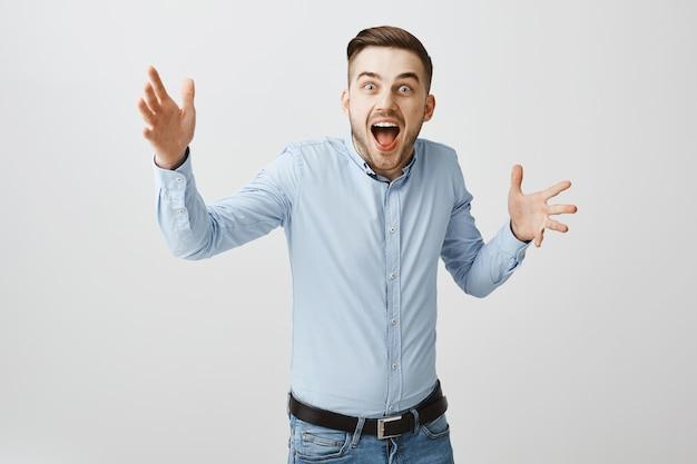 Homem feliz surpreso ao perceber que venceu, parecendo surpreso com a vitória, ouça notícias incríveis
