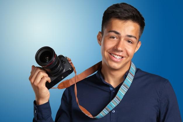 Homem feliz tirando fotos com a câmera digital