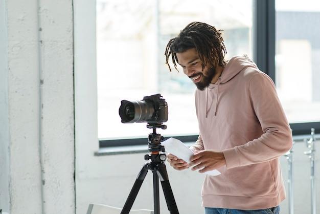 Homem feliz tirando fotos